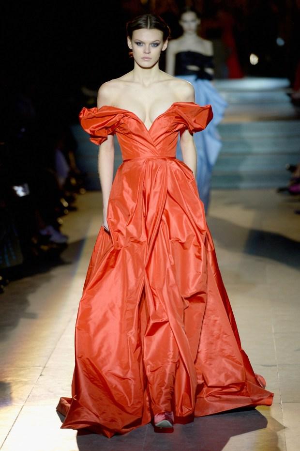 La última colección de Carolina Herrera, los vestidos otra vez en el centro de la escena