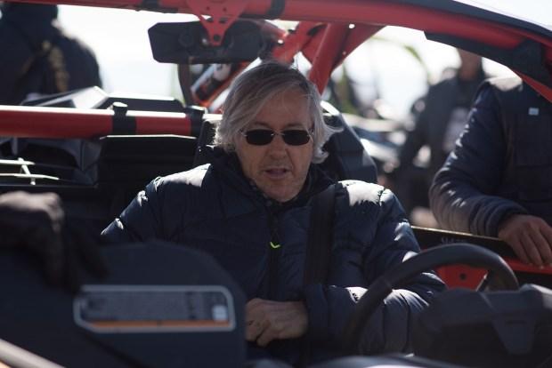 Alejandro Roemmers montado en un buggy en el desierto de Agafy