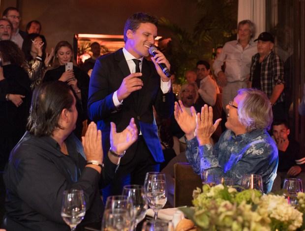 El cantante argentino Martín Monguzzi cantó junto a Alejandro Roemmers durante la cena en el restaurante Bo Zin