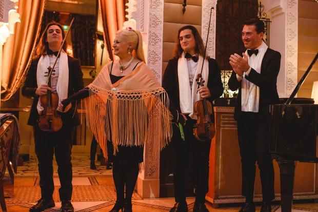 La soprano Haydee Dabusti junto al maestro Antonino Caronn y sus hijos Gioel y Emmanuel se presentaron durante el cóctel de bienvenida en el hotel Royal Mansour en el primero de los festejos de cumpleaños de Alejandro Roemmers