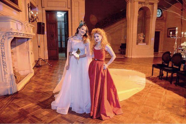 La novia con la diseñadora de su vestido, Verónica de la Canal, para quien desfiló más de una vez. (Foto Marcelo Espinosa/GENTE)