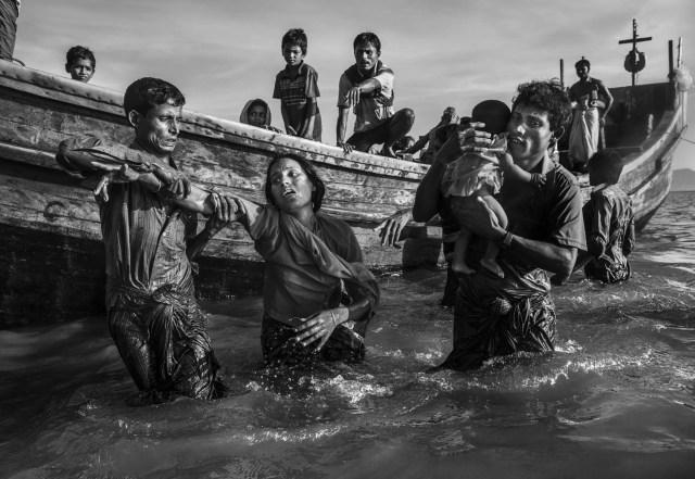 """Rohinya Refugees Flee Into Bangladesh to Escape Ethnic Cleansing – Refugiados rohingyas huyen a Bangladesh para escapar de la limpieza étnica: las """"operaciones de limpieza"""" contra los musulmanes rohingya en Myanmar llevadas a cabo por el ejército birmano condujeron a cientos de miles de refugiados huyendo a Bangladesh a pie o en barco. Muchos murieron en el intento. (Kevin Frayer, Canadá)"""