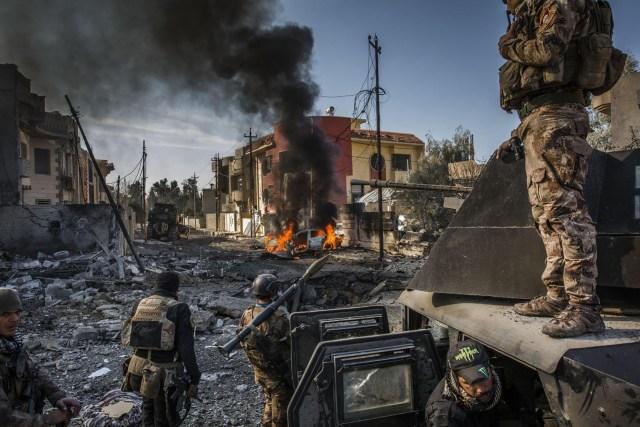 The Battle for Mosul / La batalla por Mosul: a principios de julio, después de meses de lucha, el gobierno iraquí declaró que la ciudad de Mosul había sido liberada completamente de ISIS, aunque el conflicto continuó en algunos puntos de la ciudad. Miles de civiles murieron durante la batalla por Mosul, mientras que grandes áreas de la ciudad quedaron en ruinas. (Ivor Prickett, Irlanda)