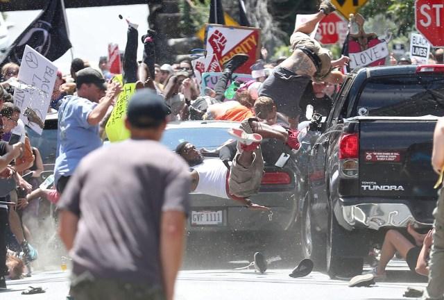 Car Attack – Ataque de automóvil: la gente es arrojada al aire mientras un auto se arrastra hacia un grupo de manifestantes que se manifiestan en contra del mitin Unite the Right en Charlottesville, Virginia, Estados Unidos. (Ryan Kelly, Estados Unidos)