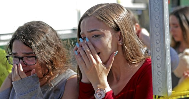 Dos estudiantes lloran tras el tiroteo (AP)