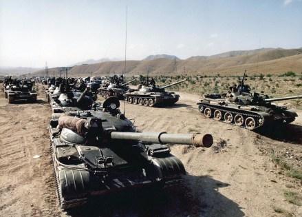 Una columna de tanques T-62 a mediados de la década de 1980 (AFP)