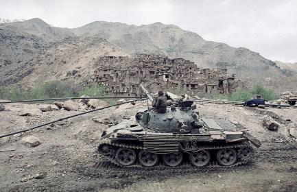 La tripulación de un tanque soviético T-62 observa la destrucción sobre una aldea afgana en la región de Salang