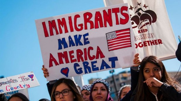 """""""Los inmigrantes hacen grande a Estados Unidos"""", creen algunos; el populismo, en cambio, agita los temores a la inmigración."""