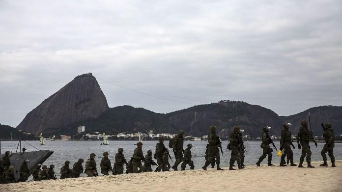 Militares avanzan sobre las playas de Río de Janeiro (EFE)