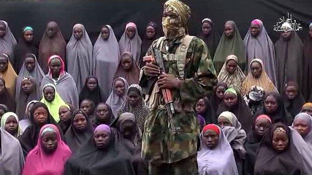 Un líder de Boko Haram se muestra con las niñas secuestradas de fondo