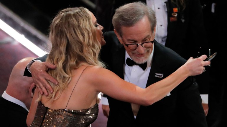 Jennifer Lawrence saluda a Steven Spielberg