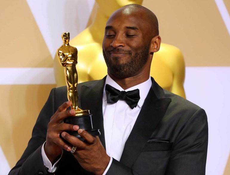 """Kobe Bryant orgulloso con la estatuilla por """"Dear Basketball"""""""