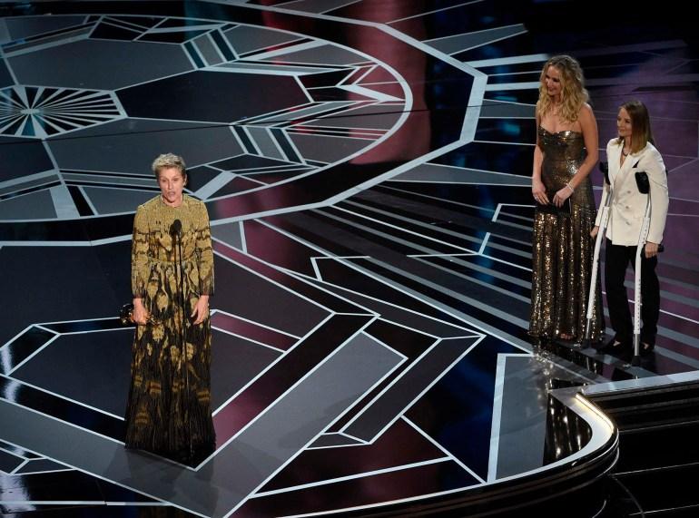 Jennifer Lawrence and Jodie Foster observan con admiración el discurso de Frances McDormand