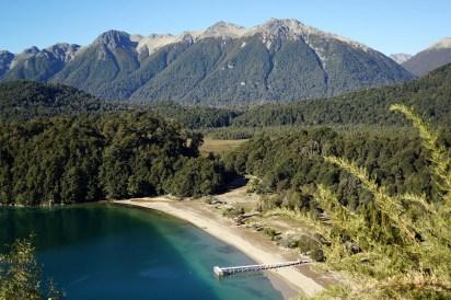 El pueblo de montaña situado en la orilla noreste del lago Nahuel Huapi, en medio de la Cordillera Patagónica, se encuentra rodeado de majestuosas formaciones naturales, y es parte de la puerta de entrada al Parque Nacional Arrayanes, un lugar único en el mundo