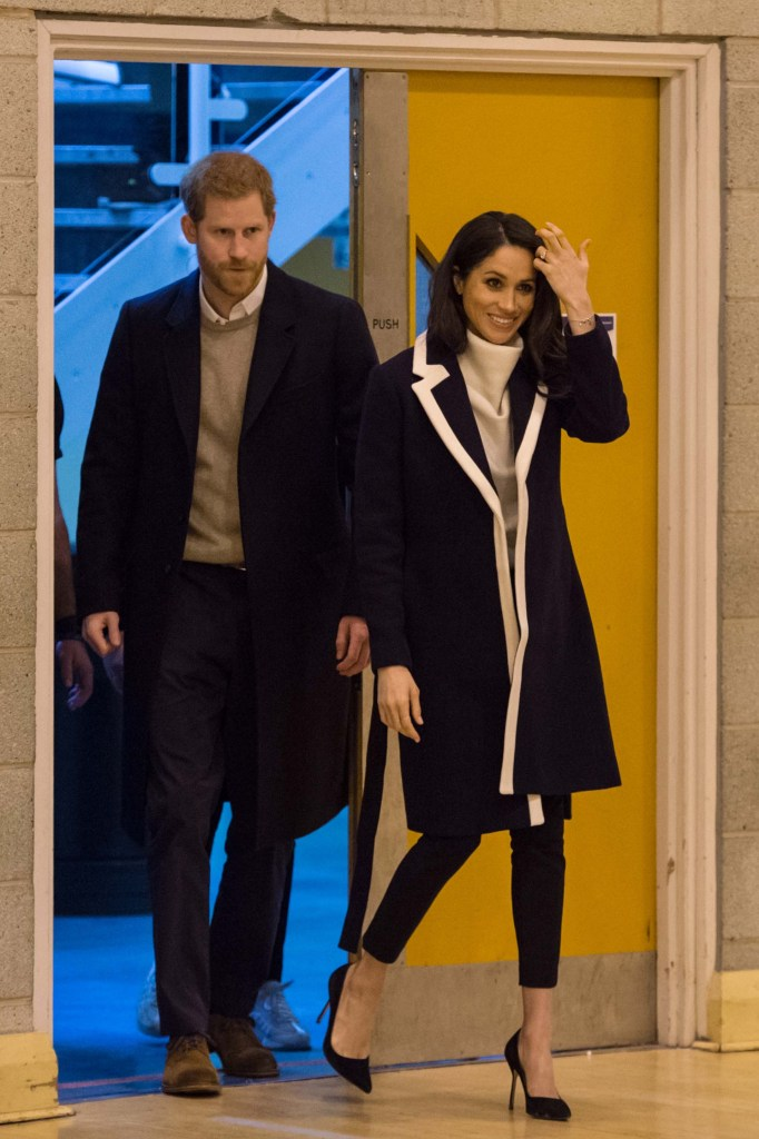El príncipe Harry y Meghan Markle visitaron el centro deportivo de la localidad de Birmingham  que recibe el apoyo de  'The Royal Foundation' creada por los Duques de Cambrigde para formar a futuros entrenadores en distintas disciplinas (AFP PHOTO / POOL / OLI SCARFF)