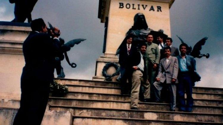 Petro (primero desde la izquierda, fila superior) ha sido muy criticad por su amistad con el fallecido presidente venezolando Hugo Chávez (a su izquierda)