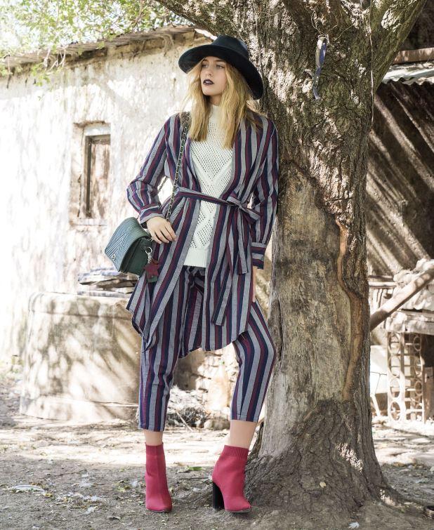 Robe y pantalón con bolsillos ($ 1.680 y $ 1.500, Estancias), suéter tejido ($ 2.890, Levi's), botas elastizadas ($ 4.849, Paruolo) y bandolera con cadena ($ 3.160, Blaquè).