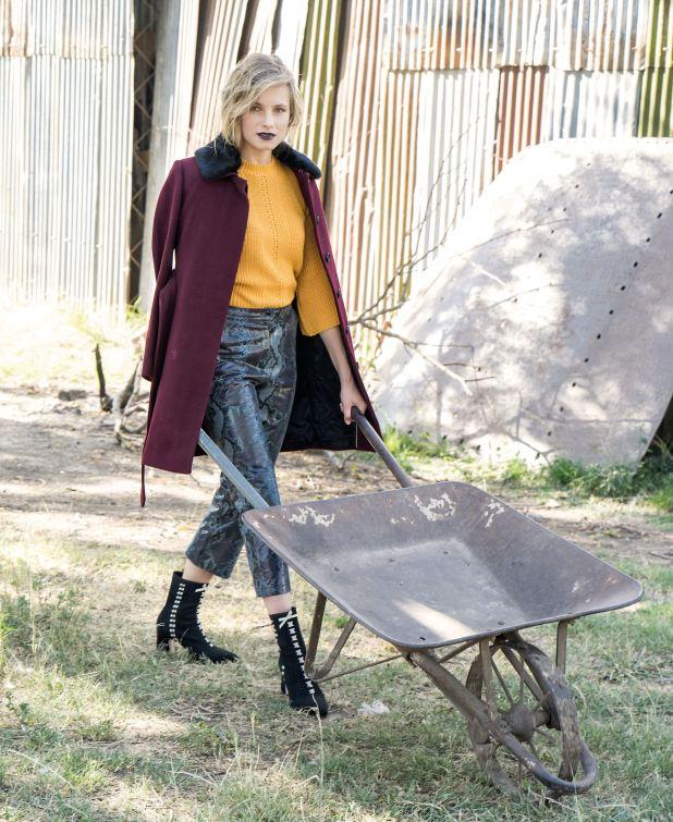 Tapado con lazo y cuello símil piel ($ 8.900, Vitamina), suéter tejido ($ 1.599, Yagmour), pantalón de cuero grabado ($ 11.000, Uma) y botas elastizadas con hilos entrelazados (aprox. $ 5.900, Saverio di Ricci).