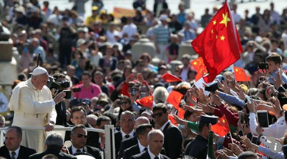 El papa Francisco en la plaza San Pedro del Vaticano, con una bandera china flameando de fondo