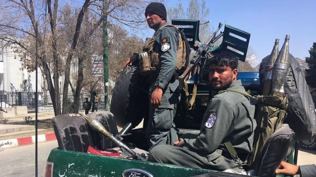 Fuerzas de la policía afgana custodian el área tras el ataque(AFP)