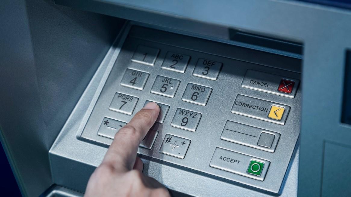 Los cajeros de los bancos entregan pocos billetes de alta denominación (Getty)