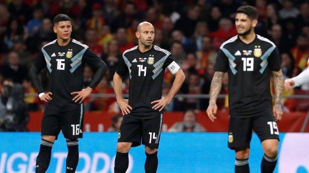 Pese a quedar marcados por la derrota ante España, Javier Mascherano y Éver Banega son fijas para Jorge Sampaoli (Reuters)