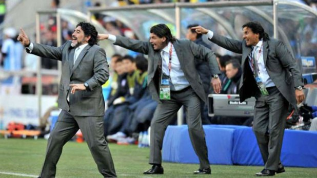 Maradona en acción en su rol de entrenador durante el Mundial de Sudáfrica