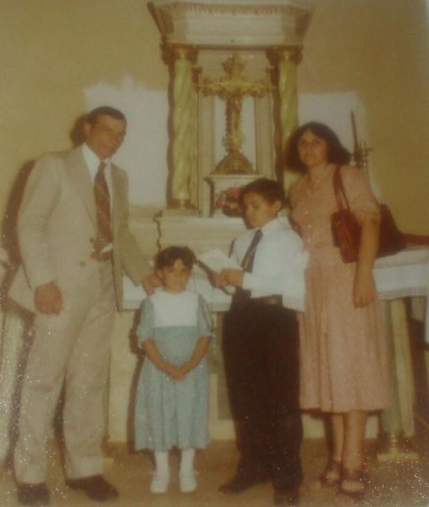 Ramón Acosta, su mujer Victoria, y sus hijos, Diego y Sandra. Durante 35 años el cuerpo del héroe estaba en una tumba sin nombre en Darwin. En diciembre fue identificado y su hija viajó el 26 de marzo parapoder dejar una flor y una oración en su cruz