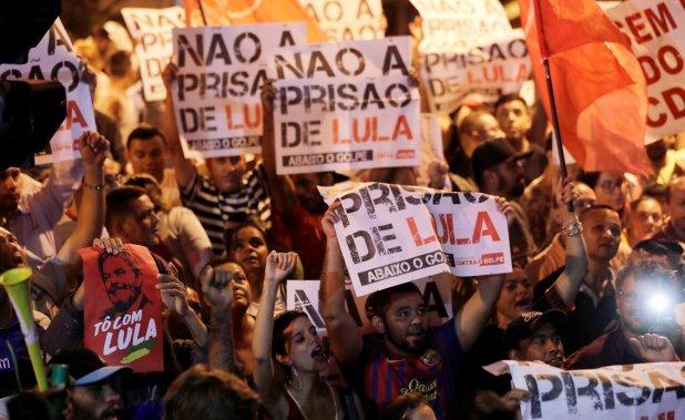 Simpatizantes de Lula muestran su rechazo a la decisión del juez Moro, frente a la sede del sindicato metalúrgico donde se refugió Lula