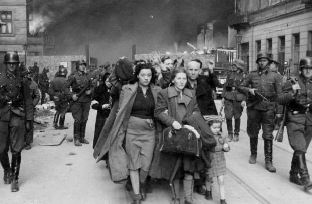 Entre sus muros grises de cuatro metros de altura, levantados a todo vapor, quedaron atrapados en un rectángulo de 8 kilómetros cuadrados 300 mil judíos, que llegarían a 500 mil en el apogeo de la guerra