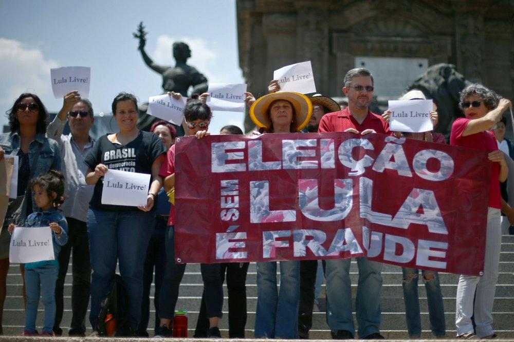 Simpatizantes del ex presidente brasileño Lula da Silva en Ciudad de México, México (REUTERS/Edgard Garrido