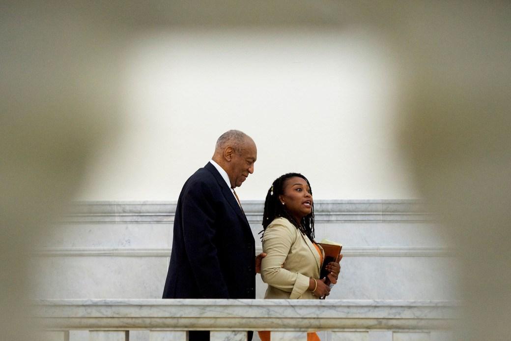 El actor Bill Cosby camina en la Corte del Condado de Montgomery en Norristown, Pennsylvania, en abril pasado (Reuters)