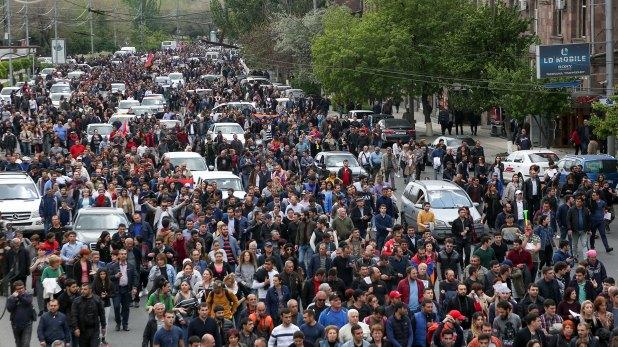 Una columna de manifestantes en Ereván (AP)