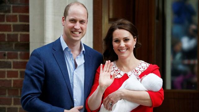 La pareja real con Louis, quinto lugar en la línea de sucesión al trono británico, tras su abuelo el príncipe Carlos, su padre el duque de Cambridge y sus hermanos mayores el príncipe George de Cambridge y la princesa Charlotte de Cambridge
