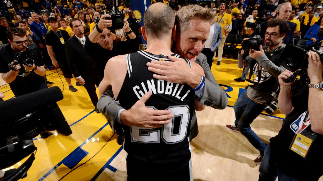 El abrazo de Ginóbili con Steve Kerr, entrenador de Golden State Warriors (AFP)