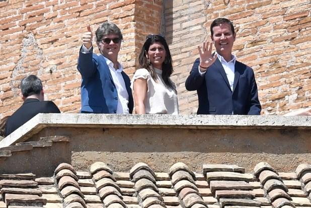 Dos de las tres víctimas saludan desde la terraza del Palacio Apostólico (AFP)