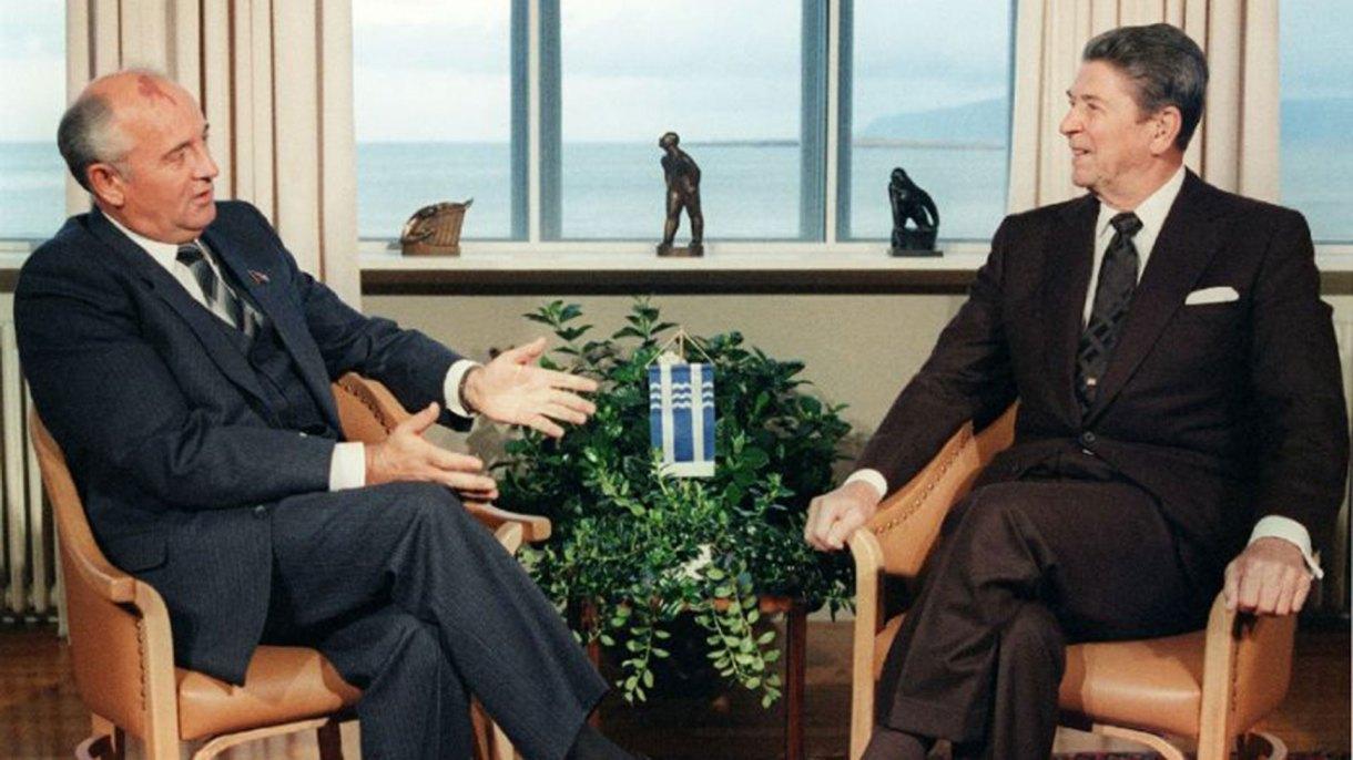 El secretario general de la URSS, Mijail Gorbachov, y el presidente estadounidense Ronald Reagan, firmante del INF