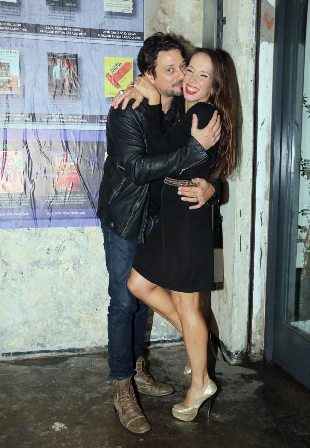 Victoria Onetto y su pareja, muy mimosos en el estreno de varios espectáculos en el Microteatro Buenos Aires (Verónica Guerman / Teleshow)