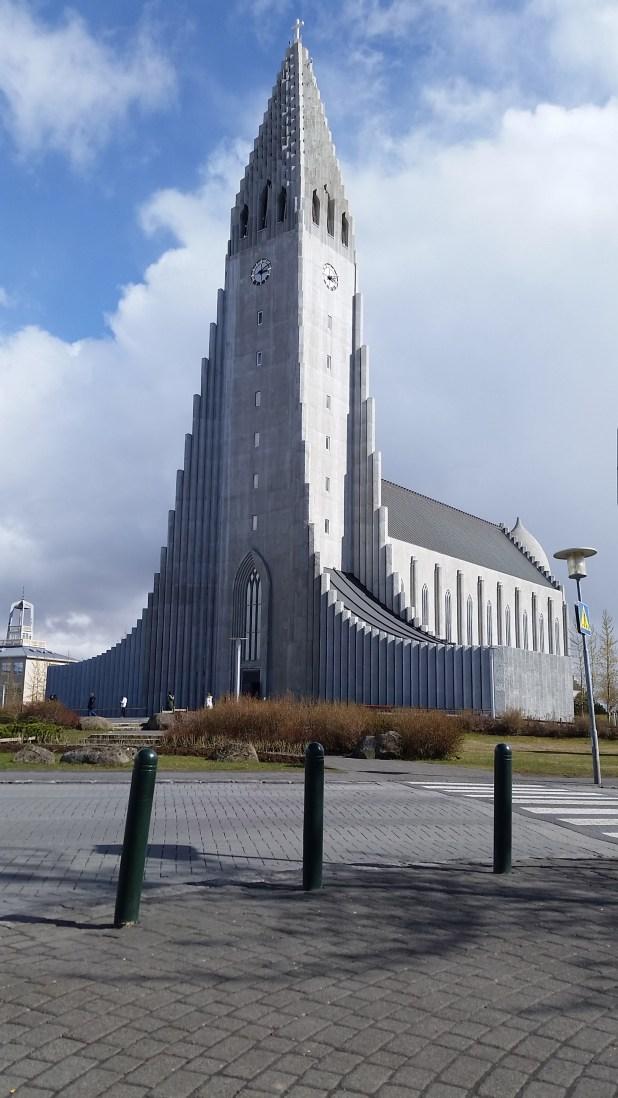 Hallgrimskirkja, la más grande e importante y el edificio más alto de la ciudad. Pertenece al culto protestante, el de la mayoría de la población islandesaa.