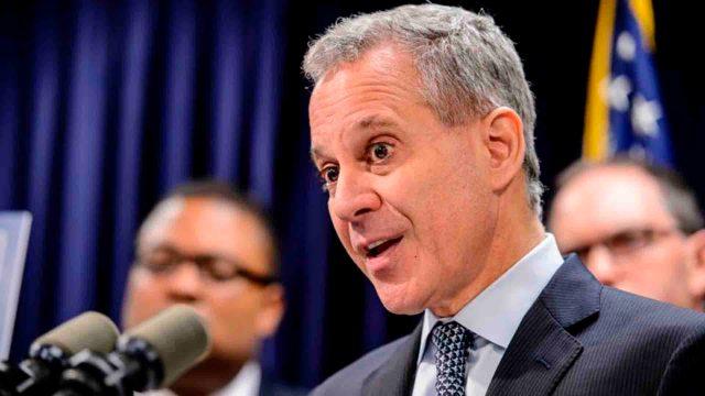 Dos presuntas víctimas dijeron que el fiscal, ex senador demócrata en el estado de Nueva York, les golpeó con fuerza en varias ocasiones, muchas cuando estaba bajo los efectos del alcohol