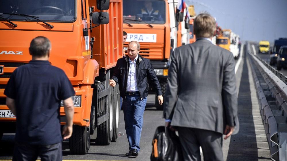Vladimir Putin tras recorerr los 19 kilómetros del nuevo puente que amenaza a la integridad territorial de Ucrania (AFP)