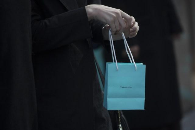 Un cliente con una bolsa de Tiffany & Co. (Victor J. Blue/Bloomberg)