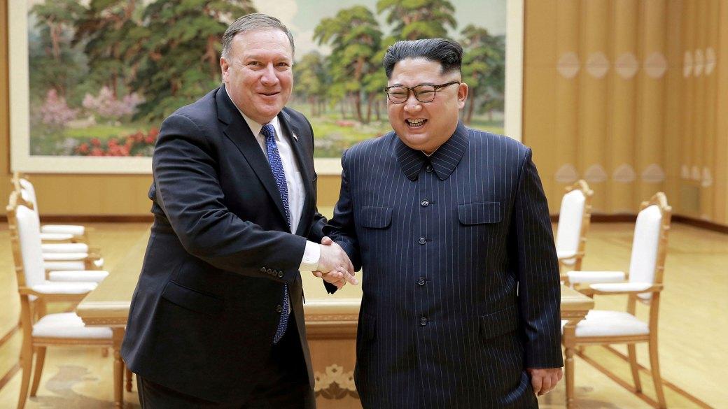 El líder norcoreano Kim Jong Un estrecha la mano del Secretario de Estado estadounidense Mike Pompeo el 9 de mayo de 2018 (Reuters)