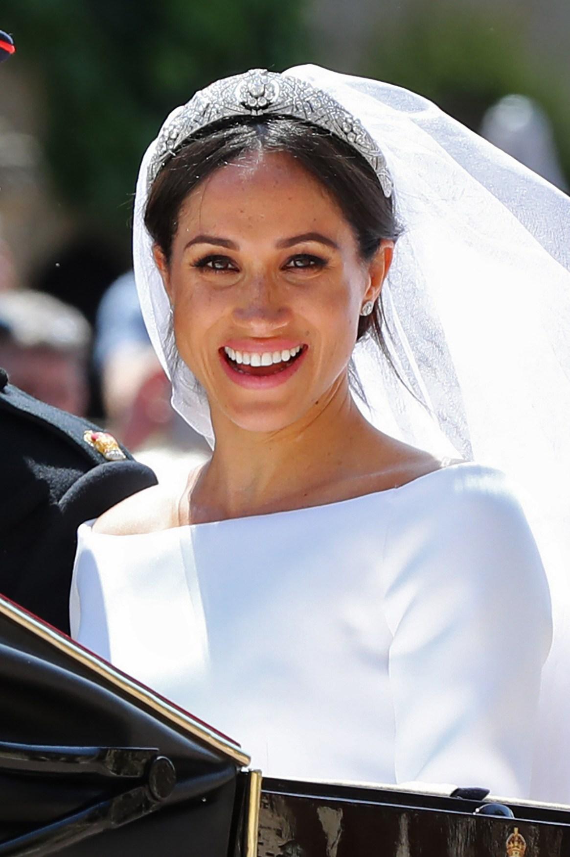 Meghan Markle llevaba un vestido de novia de color blanco creado por la diseñadora británica Clare Waight Keller, directora artística de la casa de alta costura francesa Givenchy.