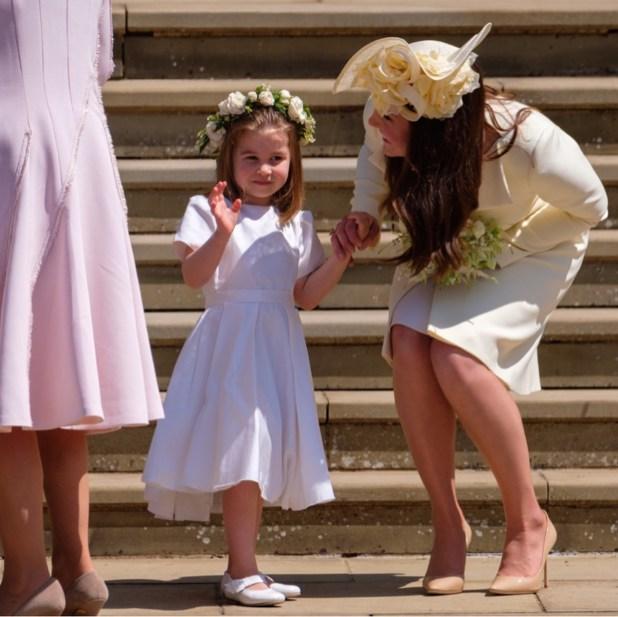 Charlotte saluda a los novios de la mano de su mamá, Kate Middleton