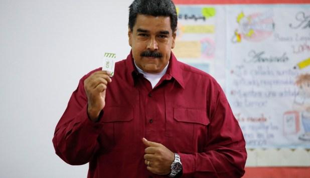 Nicolás Maduro votando en los comicios venezolanos (REUTERS/Carlos Garcia Rawlins)