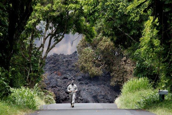 El Teniente Coronel Charles Anthony, de la Guardia Nacional de Hawaii, mide los niveles de dióxido sulfúrico (REUTERS/Terray Sylvester)
