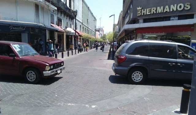 Las calles den centro de Guadalajara lucieron vacías luego de los narcobloqueos del lunes.