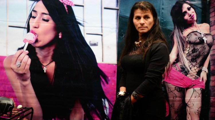 Marcela Agrado, una trans de 42 años, es la que toma las fotografías del periódico.
