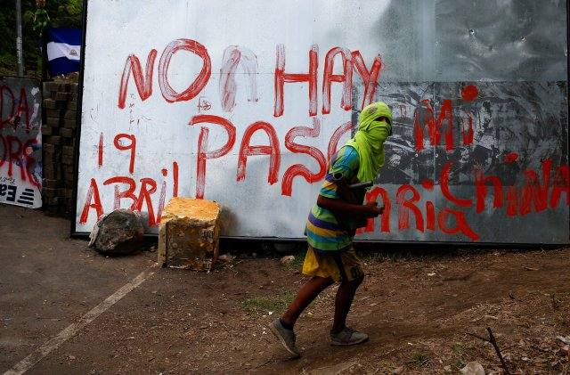 Un manifestante bloquea la ruta en Masaya, Nicaragua(REUTERS/Oswaldo Rivas)